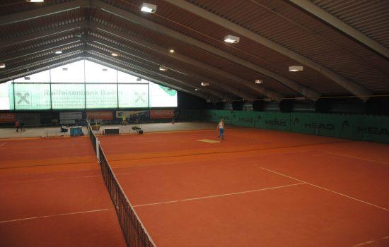 Tennishalle mit zwei Granulatplätzen und einem Hard Court