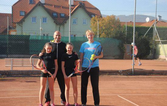 Die Head Coaches Wolfgang Koschek und Martina Pavic mit Spielerinnen des LZ Traiskirchen